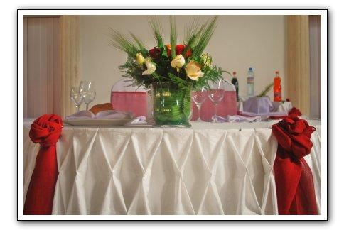 table maries rouge espace les colonnades salle de. Black Bedroom Furniture Sets. Home Design Ideas