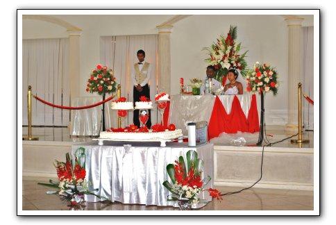 Table maries rouge blanc espace les colonnades salle de r ception salle de mariage - Table des maries ...