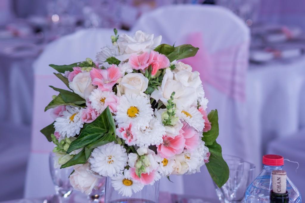 Decoration-florale-mariage-cocktail-jardin-colonnades