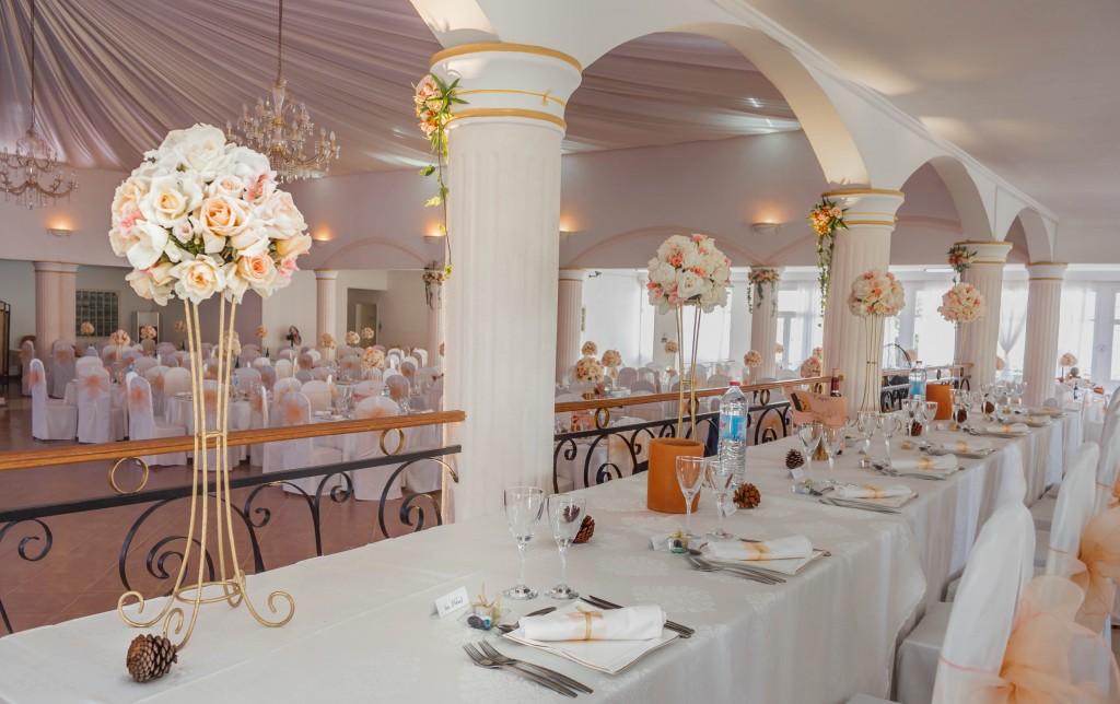 décoration-mariage-table-invités-colonnades-mariage-Madagascar-3