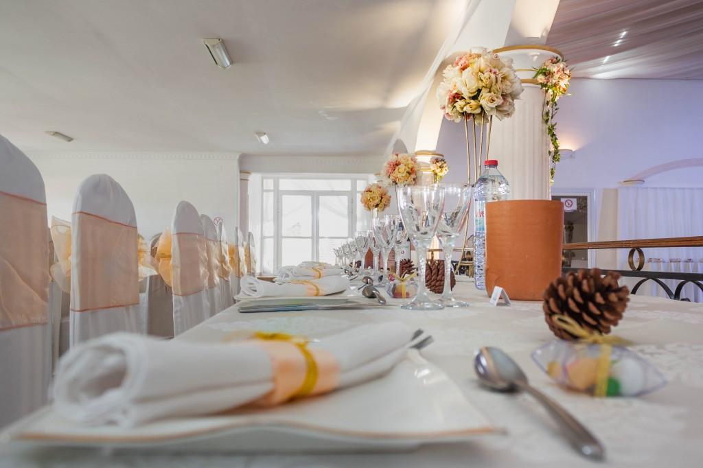 décoration-mariage-table-invités-colonnades-mariage-Madagascar-2