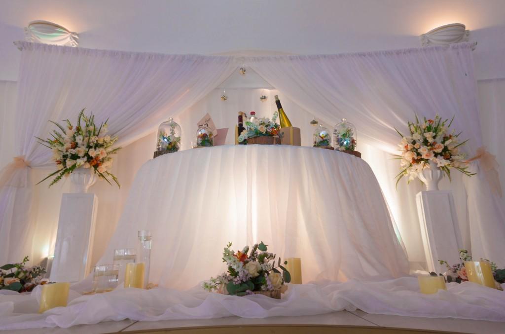 table-mariés-colonnades-mariage-Madagascar-5