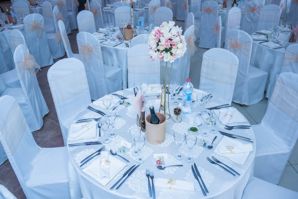 décoration-mariage-table-invités-colonnades-mariage-Madagascar-8