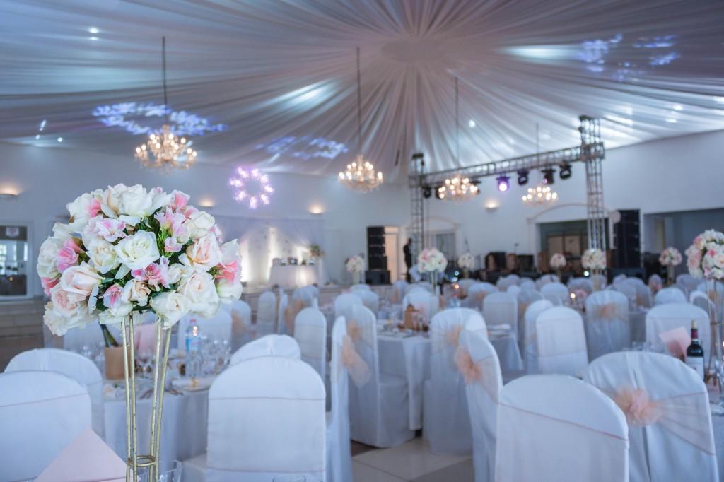 décoration-mariage-table-invités-colonnades-mariage-Madagascar-7