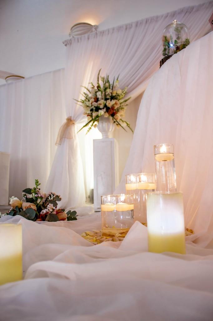 table-mariés-colonnades-mariage-Madagascar-7