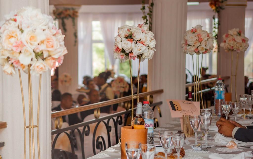 décoration-mariage-table-invités-colonnades-mariage-Madagascar-4