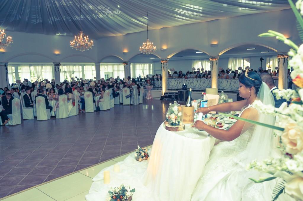 table-mariés-colonnades-mariage-Madagascar-2