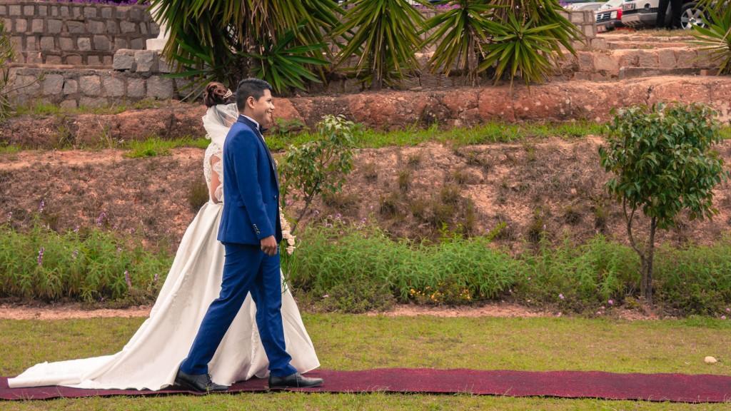 Mariage-colonnades-décembre-mariés-accueil-jardin-tapis-rouge