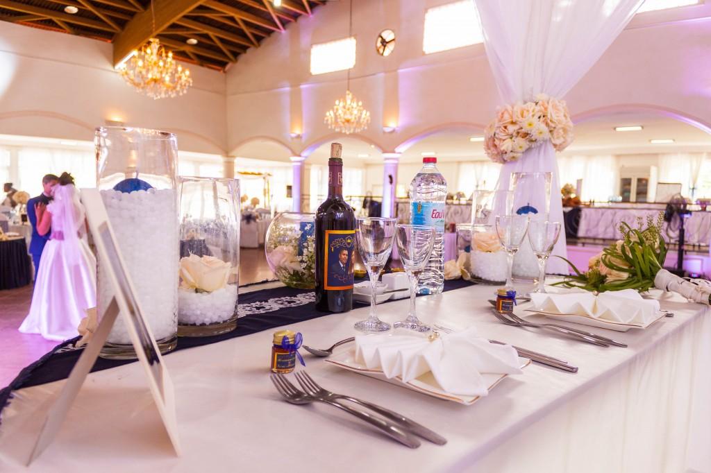 Mariage-colonnades-décembre-decoration-table-mariés