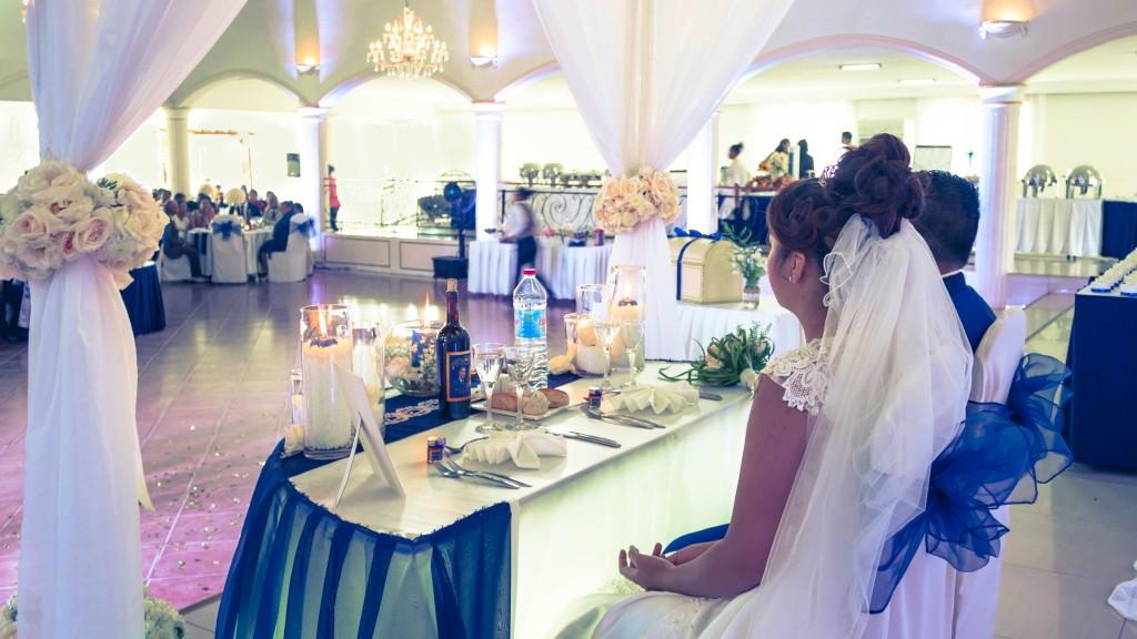 Mariage-colonnades-décembre-mariés-table
