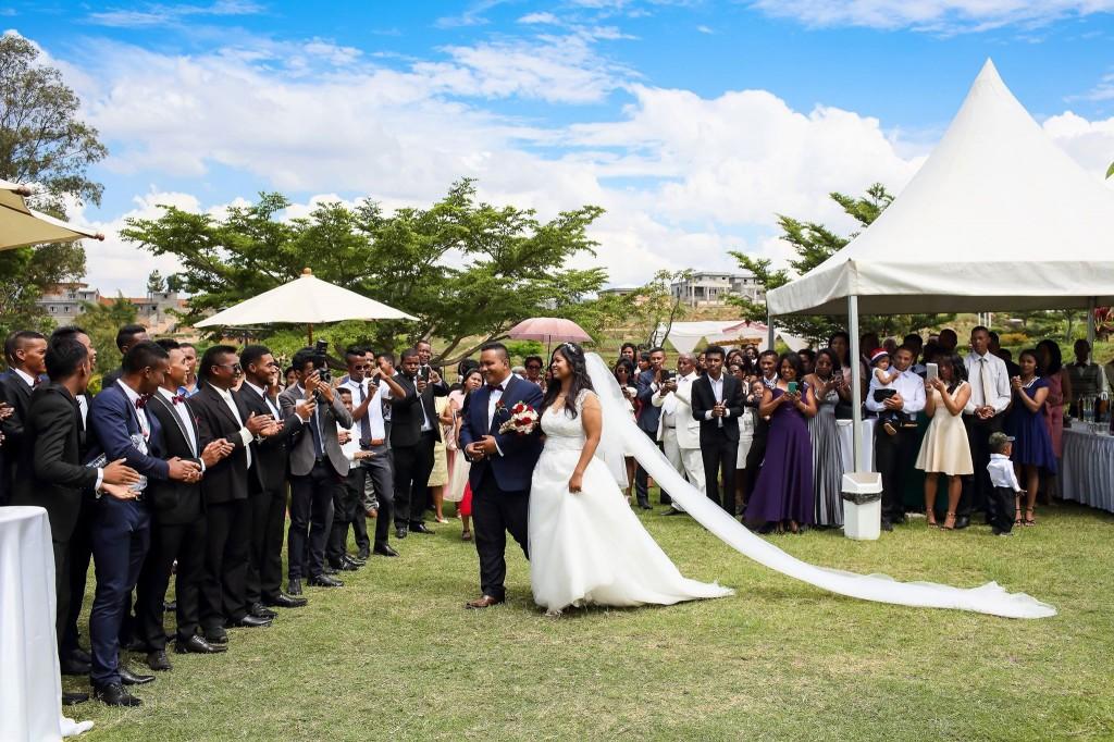 Mariage-Colonnades-acceuil-mariés-jardin-sitraka&hasina