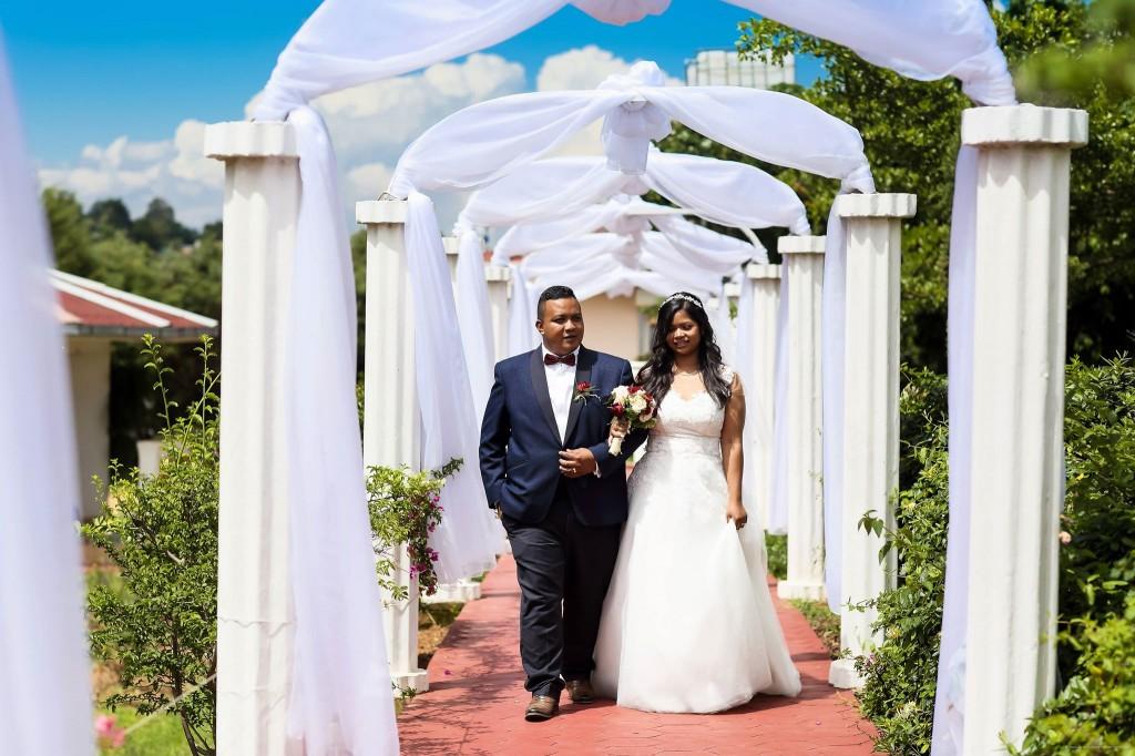 Mariage-Colonnades-arrivée-mariés-sitraka&hasina