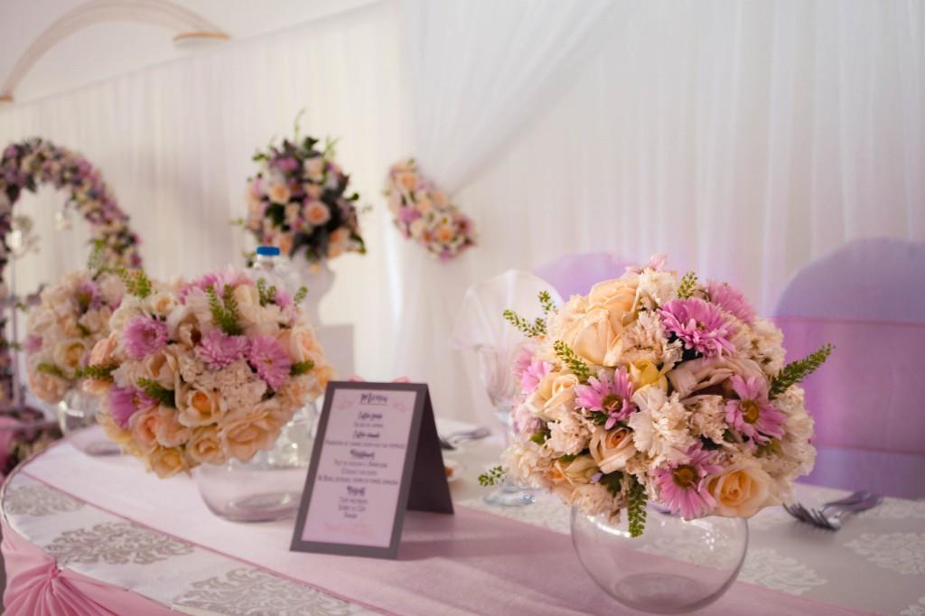 table-mariage-colonnades-décoration-fleurs