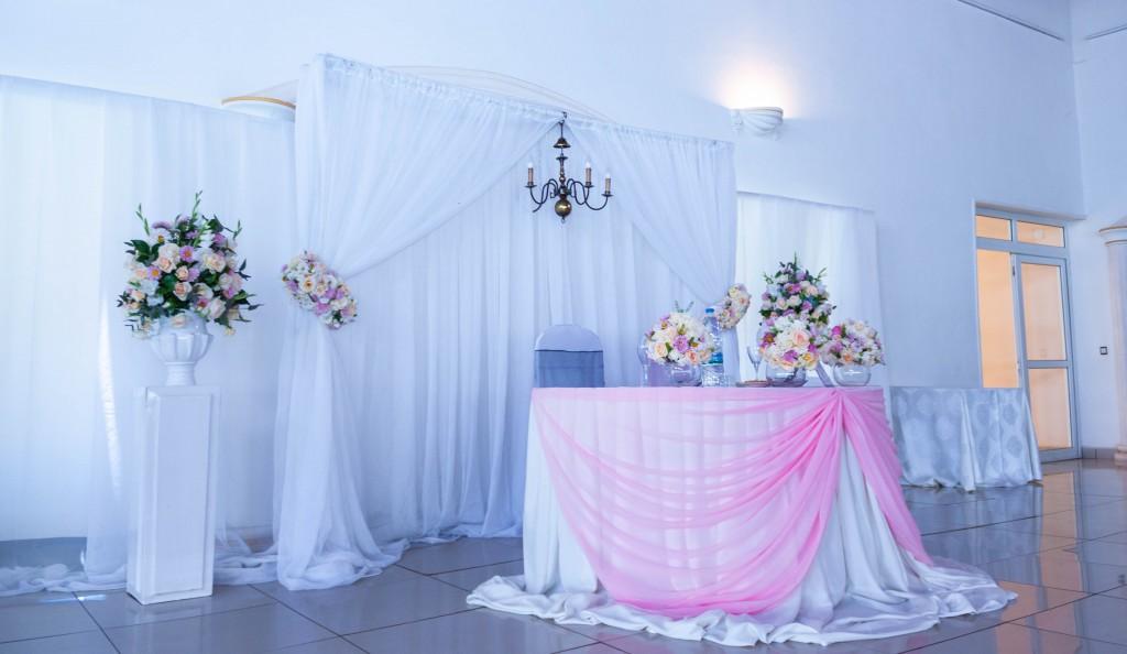 Décoration-fleurs-intérieur-table-mariés-espace-les-Colonnades
