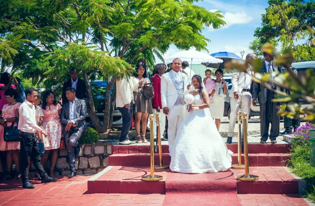 mariés-espace-colonnades-tapis-rouge