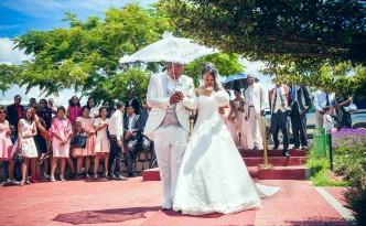 couple-mariage-espace-colonnades-tapis-rouge