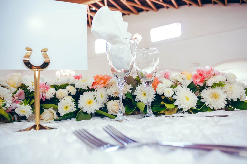 décoration-table-fleurs-colonnades-fée-des-rêves