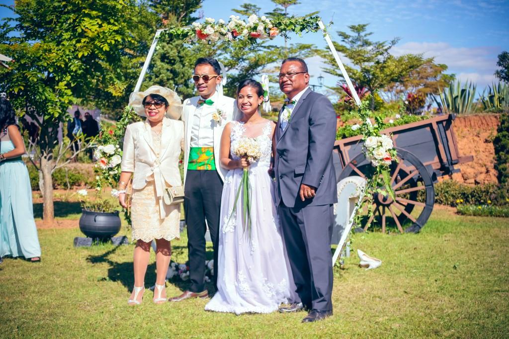 séance-photo-mariés-jardin-colonnades