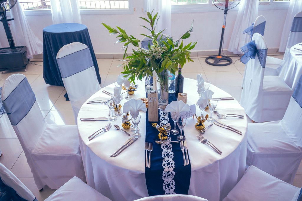 table-invités-fleurs-colonnades-henintsoa-rasolohery