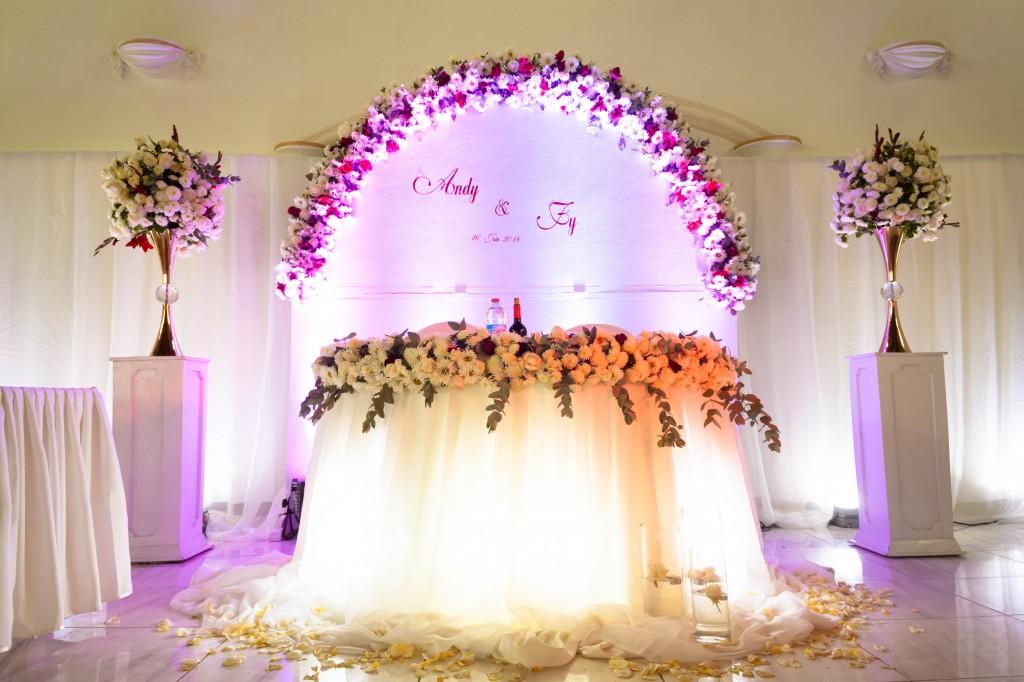 table-mariés-décoration-fleurs-mariage-colonnades