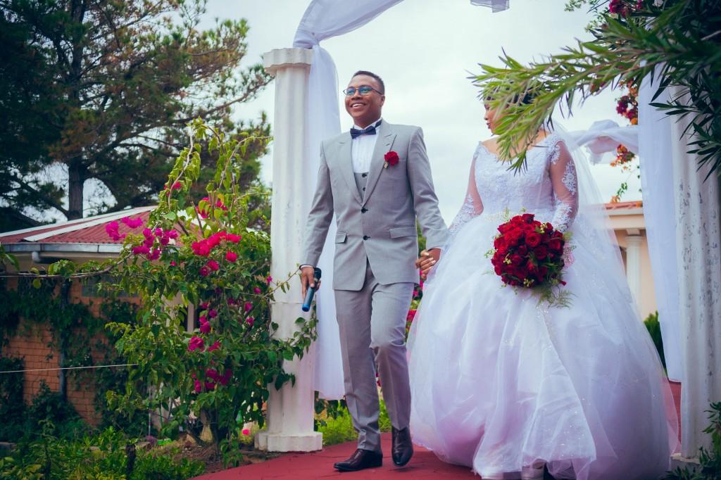 tapis-rouge-mariés-jardin-colonnades
