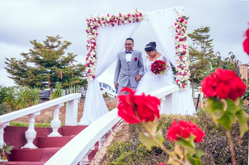 arrivés-mariés-jardin-colonnades