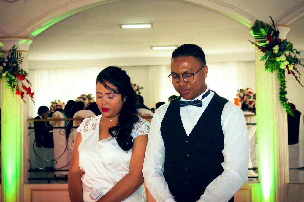 mariés-prière-colonnades