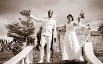 mariage-antananarivo-colonnades-arrivée-mariés-jardin-njaka-tsiory