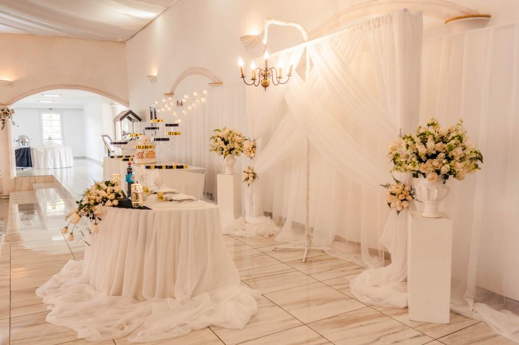 table-mariés-mariage-colonnades-Thynema & Mihanta-colonnades