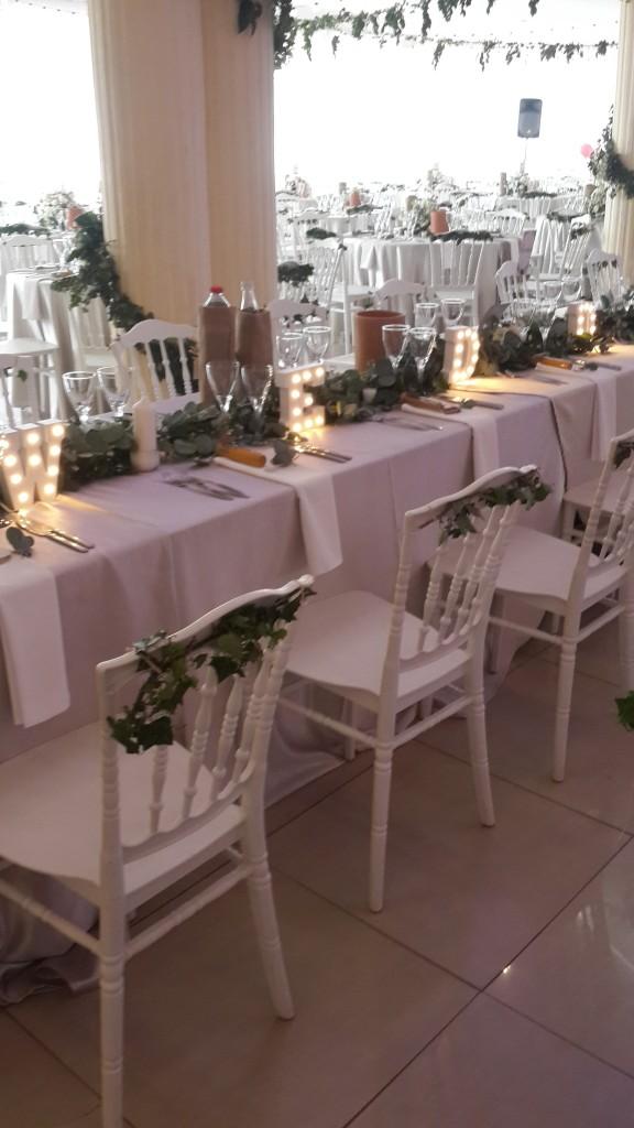 intérieur salle-chaises-blanches