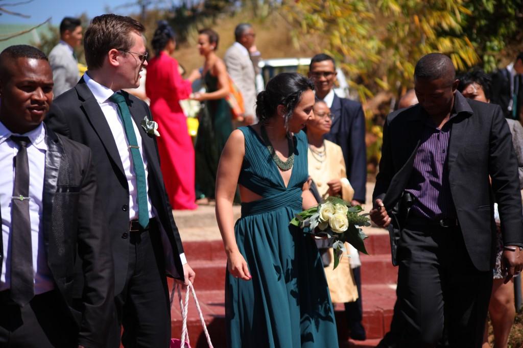 Arrivée-mariés-mariage-colonnades-Rary-Laurance-photosary (5)