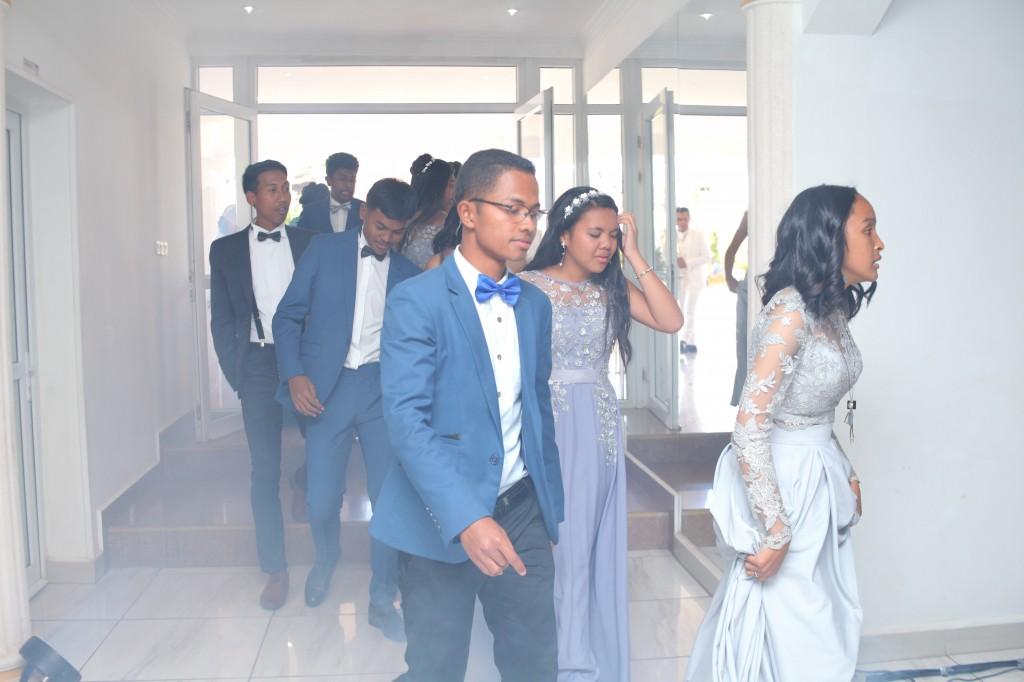 Entrée salle début festivités mariage Mika Maeva Colonnades (1)
