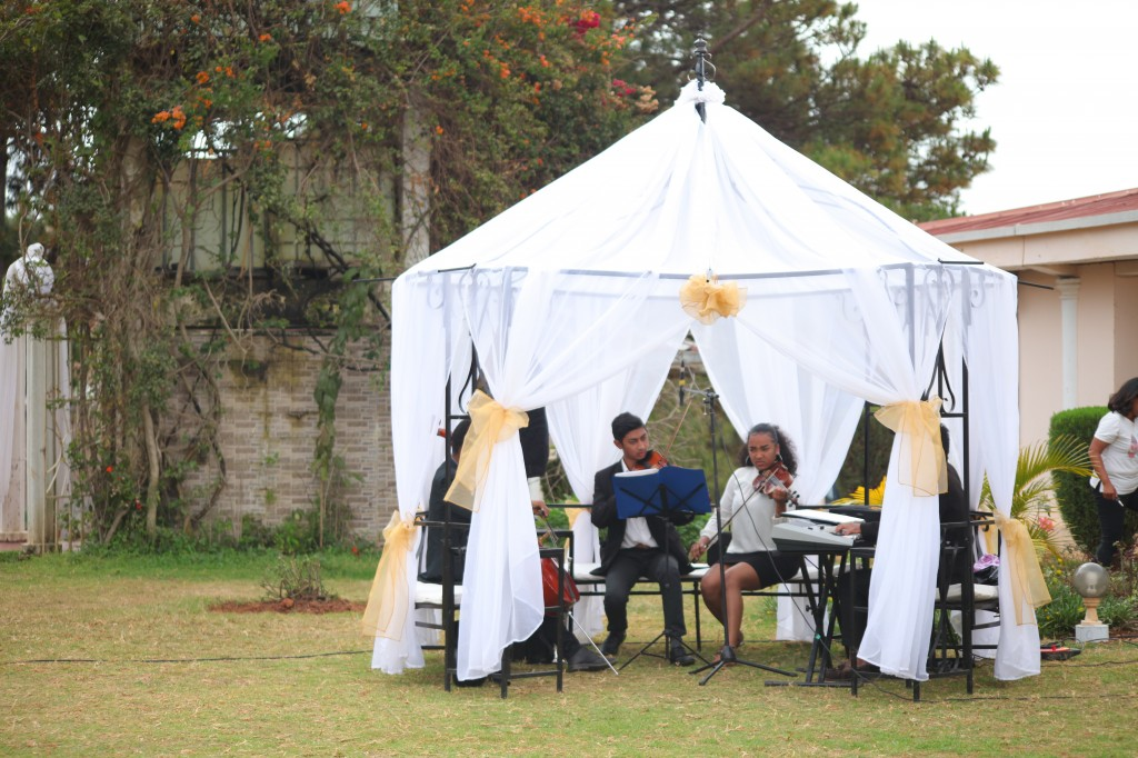 Scéance photo jadin mariage Ny Hasina Ronnie Colonnades (1)