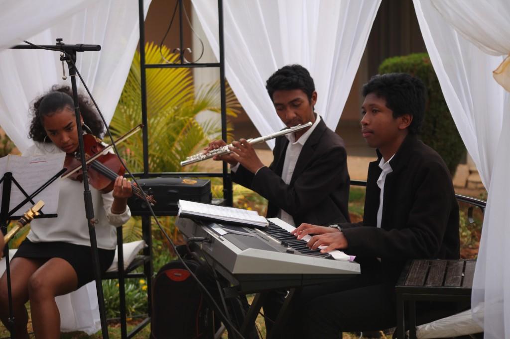 Scéance photo jadin mariage Ny Hasina Ronnie Colonnades (5)