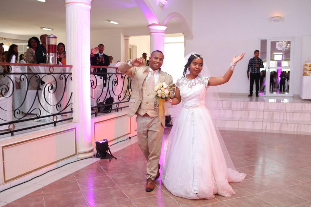 mariage colonnades entrée mariés eric anne