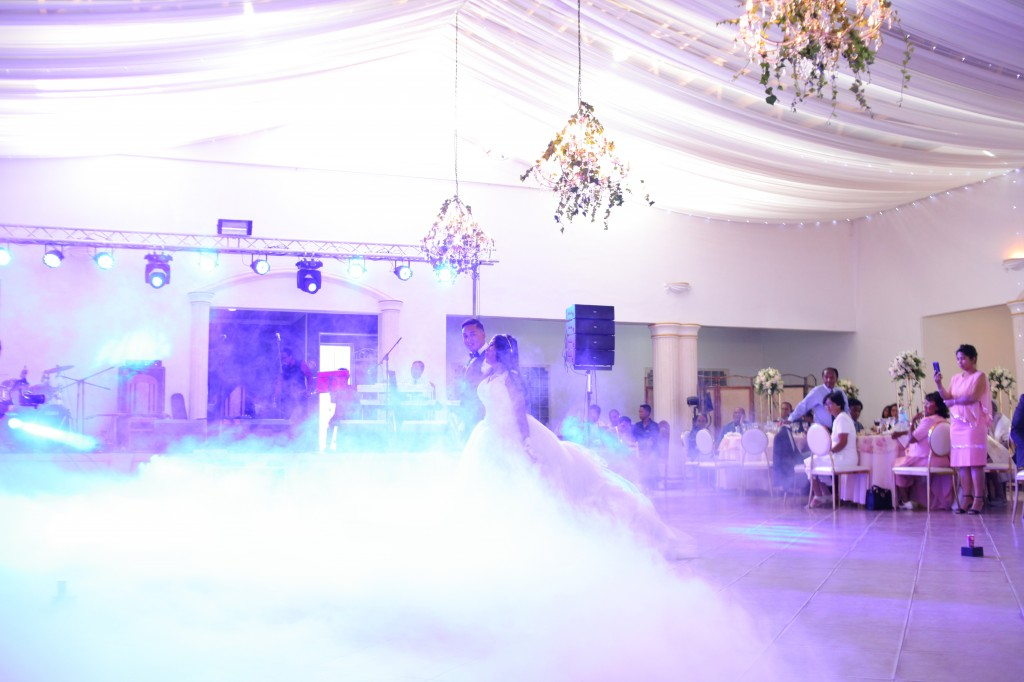 Danse ouverture salle de reception colonnades Laza&Hasina (1)