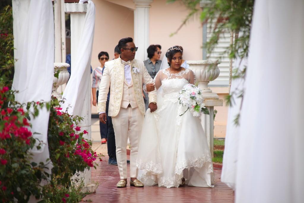 arrivée mariés jardin colonnades mariage antonio sitraka (3)