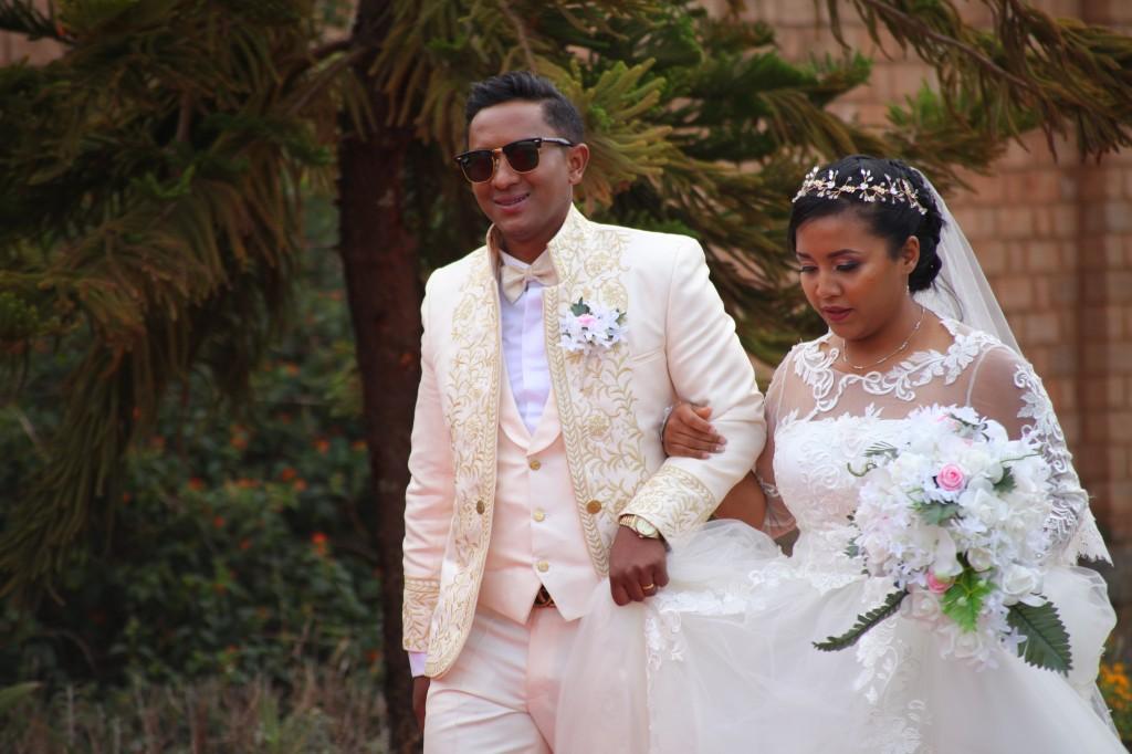 arrivée mariés jardin colonnades mariage antonio sitraka (5)