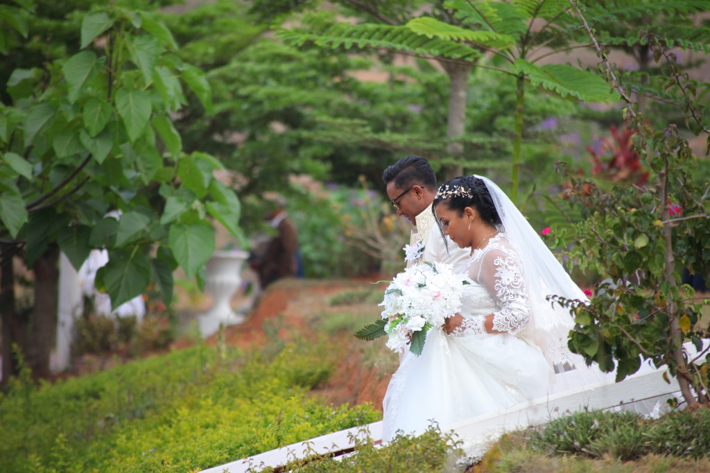 arrivée mariés jardin colonnades mariage antonio sitraka (6)