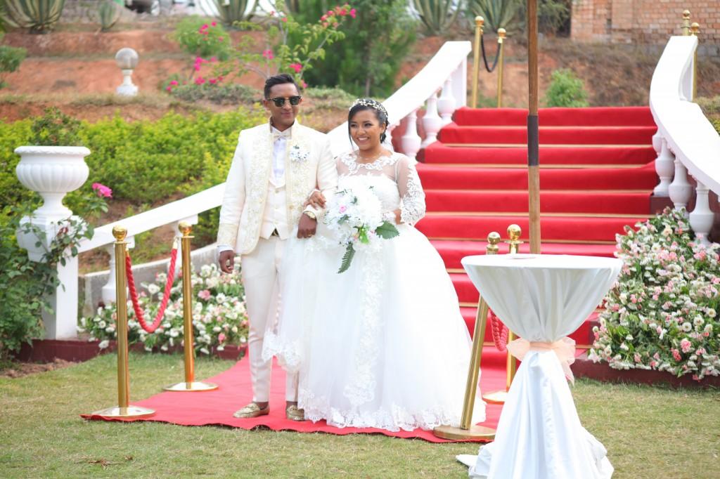 arrivée mariés jardin colonnades mariage antonio sitraka (7)