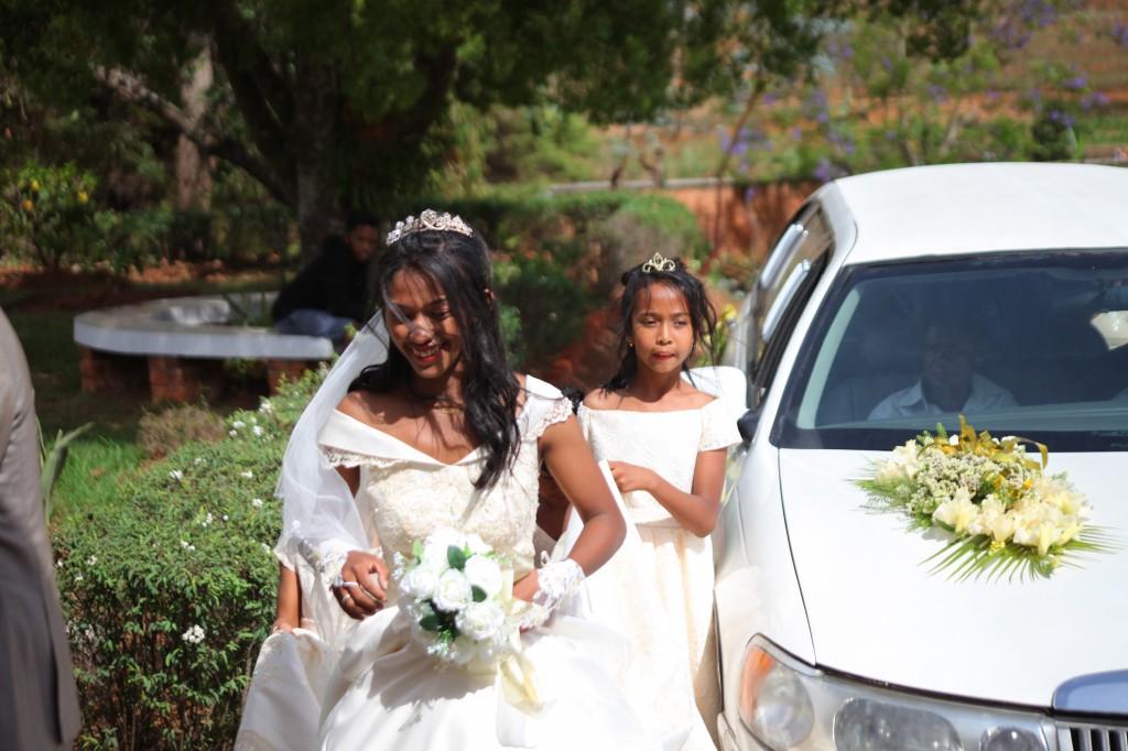 arrivée-mariés-salle-réception-mariage-Laza-Volana (4)