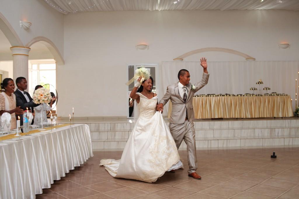 entrée-mariés-salle-réception-mariage-Laza-Volana (2)