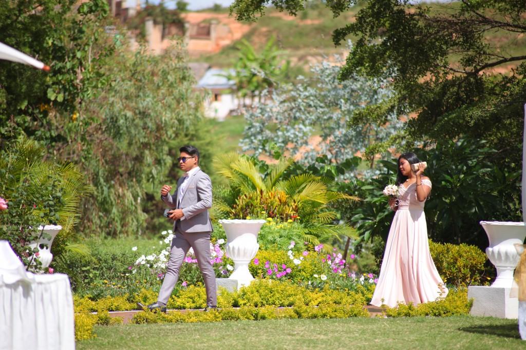 arrivée mariés & invités jardin mariage Colonnades Mamitiana & Tatiana (1)