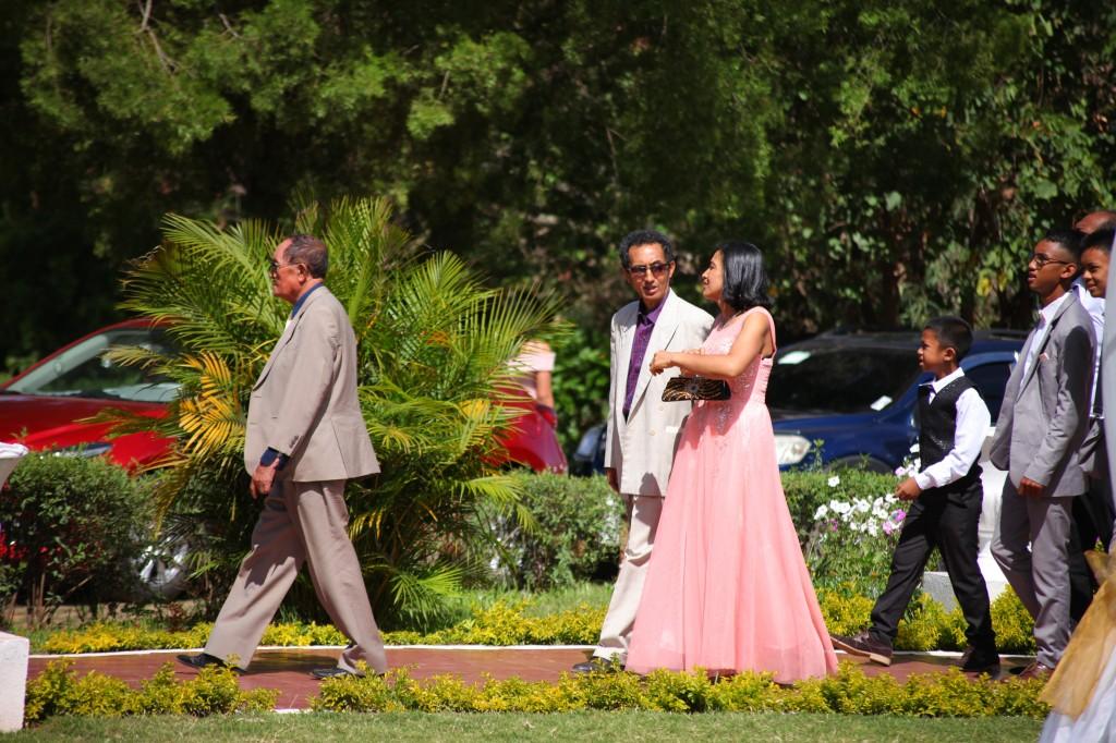 arrivée mariés & invités jardin mariage Colonnades Mamitiana & Tatiana (4)