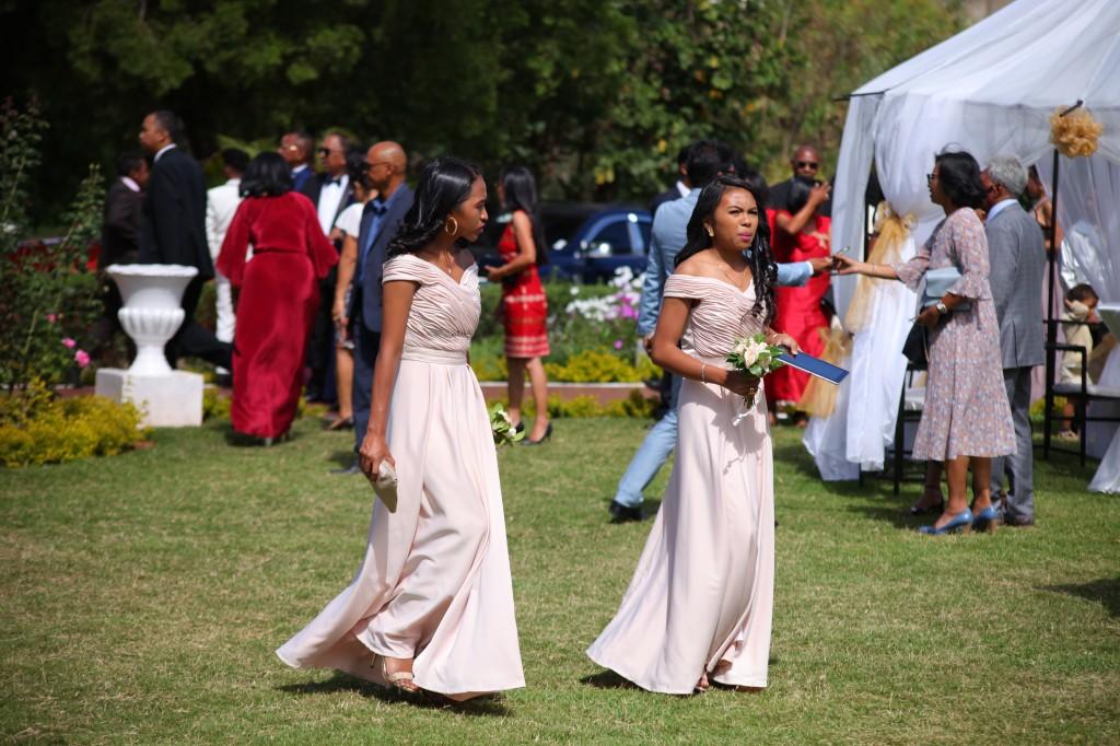 arrivée mariés & invités jardin mariage Colonnades Mamitiana & Tatiana (6)