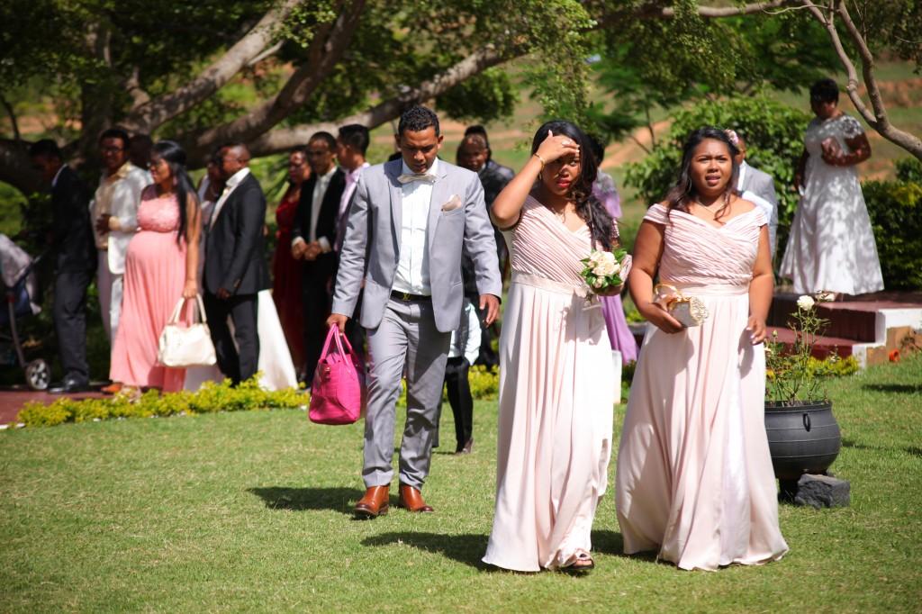 arrivée mariés & invités jardin mariage Colonnades Mamitiana & Tatiana (7)
