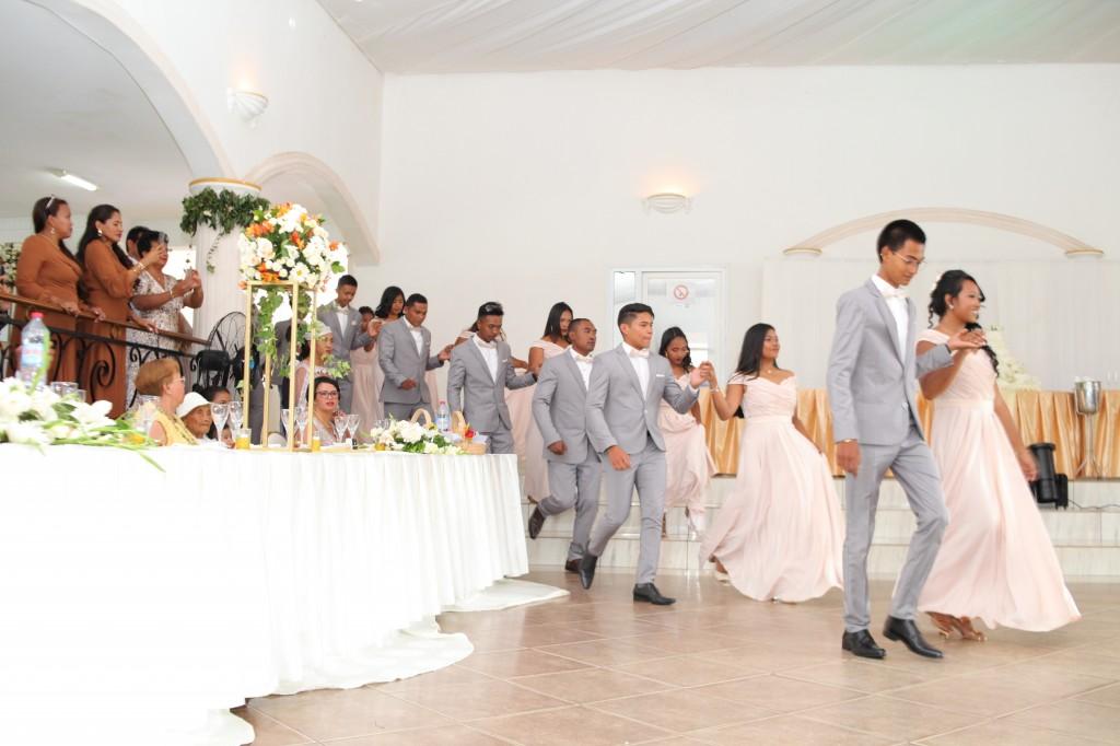 entrée mariés demoiselles d'honneur salle de récéption mariage Colonnades Mamitiana & Tatiana (1)