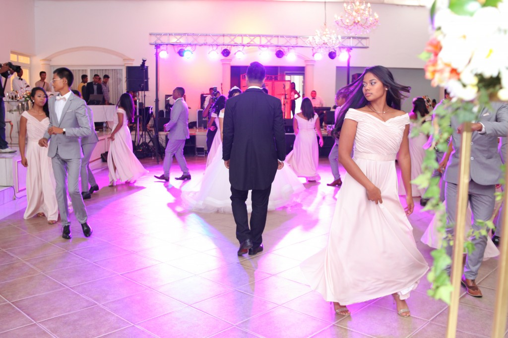 entrée mariés demoiselles d'honneur salle de récéption mariage Colonnades Mamitiana & Tatiana (3)