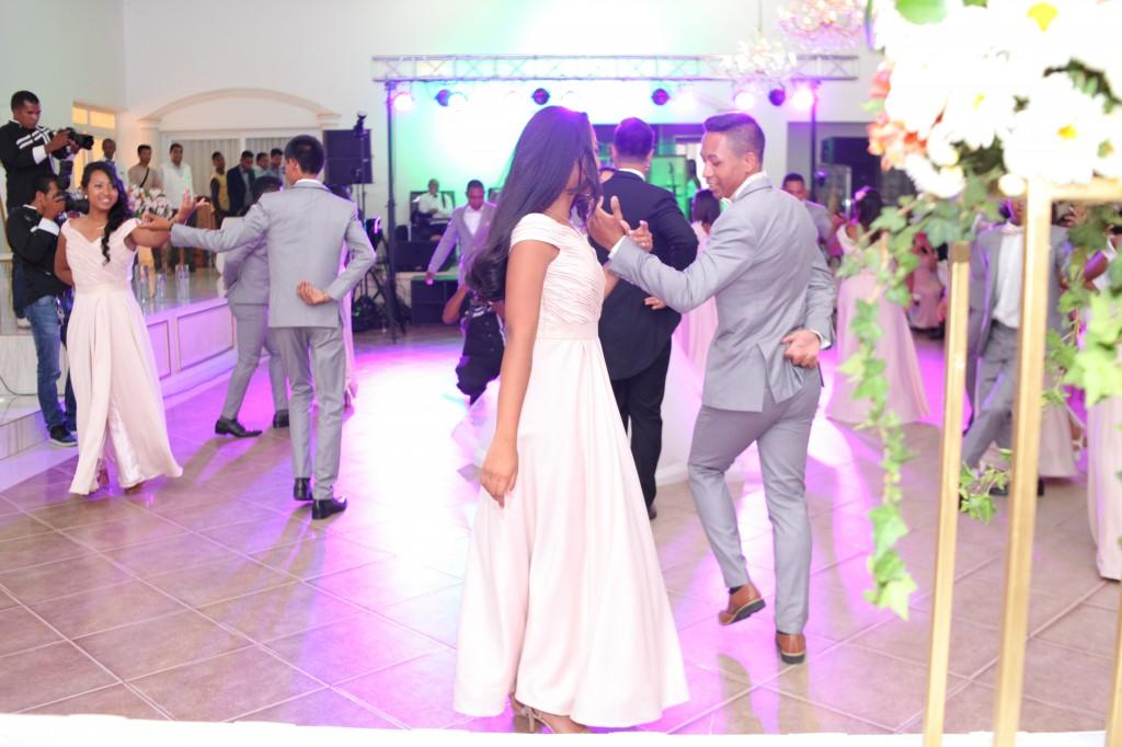 entrée mariés demoiselles d'honneur salle de récéption mariage Colonnades Mamitiana & Tatiana (4)