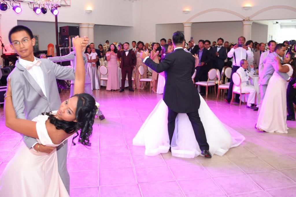 entrée mariés demoiselles d'honneur salle de récéption mariage Colonnades Mamitiana & Tatiana (6)